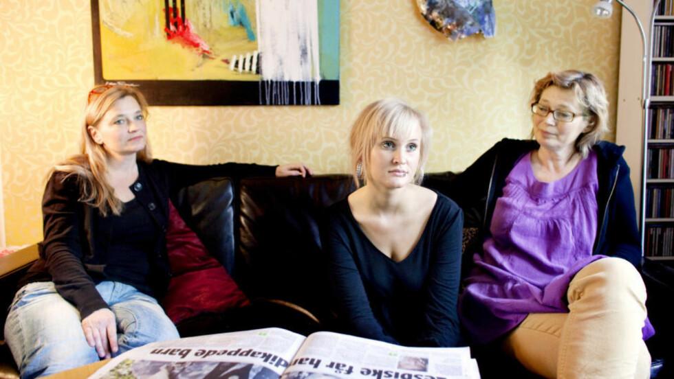 HOLDER APPELL: Sofie (20) er provosert av at Fritt Ord-vinner Nina Karin Monsen peker ut henne og andre barn som skadet av sine mødre. Hennes mor Ellen Frøysaa (til venstre) lever i et lesbisk parforhold med Nina Bergström. Hele familien kommer til demonstrasjonen mot Fritt Ord-tildelingen tirsdag, og Sofie skal holde appell. FOTO: ESPEN RØST