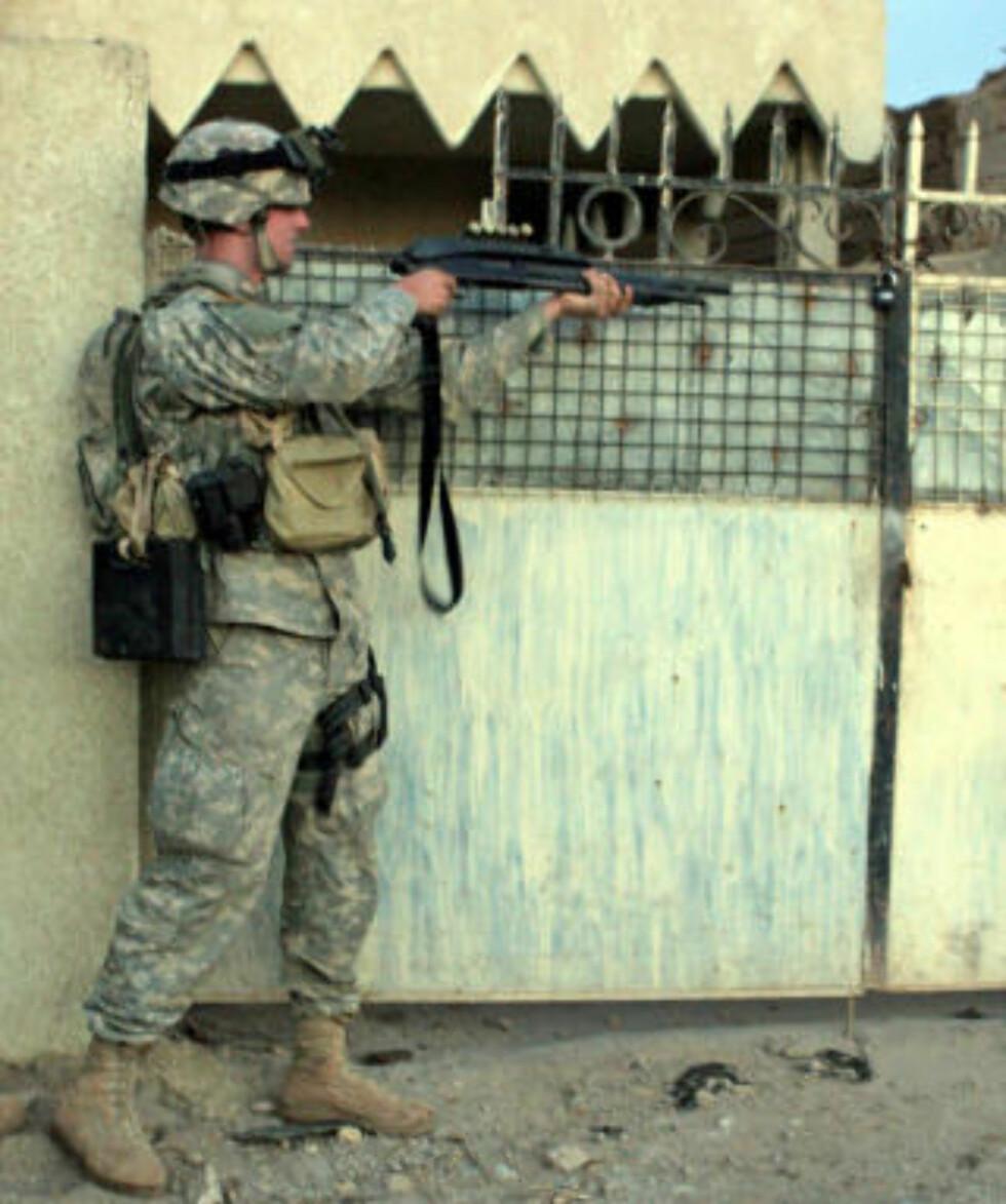 I IRAK: Steven Green tjenestegjorde som menig soldat, før han ble dimmitert for personlighetsforstyrrelser. Her skal ha til å skyte opp en portlås under en operasjon i Mullah Fayed i Irak. Foto: AFP PHOTO/US ARMY/SCANPIX
