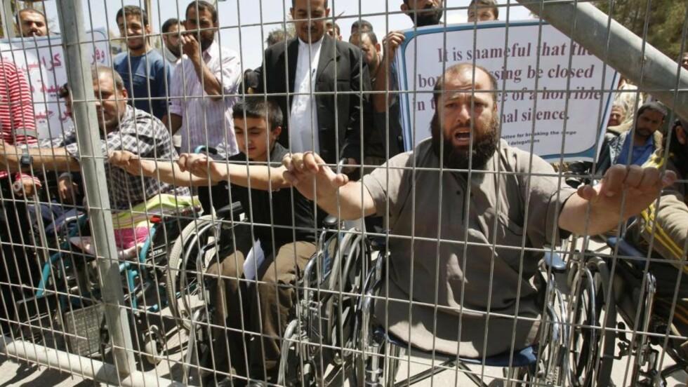 INNESTENGT: Palestinske handikappede demonstranter var samlet foran grensa mellom Rafah og Egypt for to dager siden. Demonstrantene viste sin motstand til den israelske blokaden av Gaza, som nå også stengte ute en norsk delegasjon. Foto: Ibraheem Abu Mustafa/Reuters/Scanpix