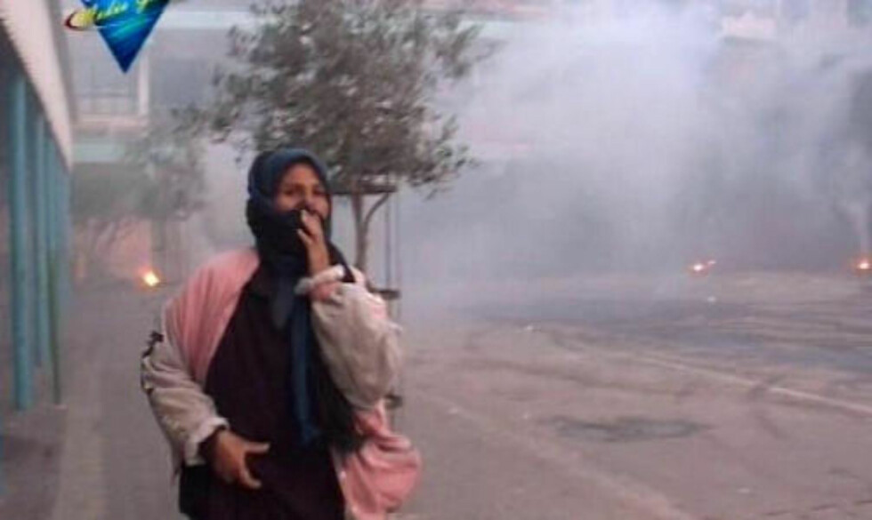 HVITT FOSFOR:  En palestinsk kvinne løper vekk fra en FN-skole i Beit Lahiya. To palestinske barn ble drept og 14 fikk alvorlige brannskader da Israel brukte hvitt forsfor i angrepet 17. januar. Foto: REUTERS/Handout/Media Group Television/SCANPIX