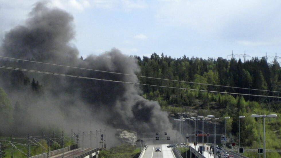 MISTET LIVET:Et utenlandskregistrert vogntog kjørte i tunnelveggen og tok fyr søndag ettermiddag. Føreren, en mann fra Litauen, omkom i ulykken. Foto: Scanpix