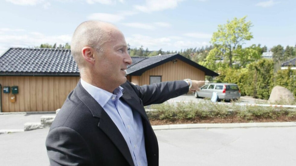 LANGVARIG RETTSTVIST: De tidligere ektefellene har lenge vært uenige om hvem som skulle ta over huset på Nesøya, forteller nabo Per Ivar Mjør.  Foto: BJØRN LANGSEM