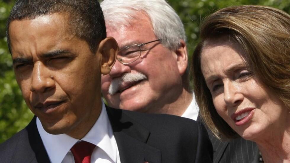 HEVDER CIA LØY: Nancy Pelosi, her fotografert sammen med president Barack Obama og George Miller tidligere denne uka. Foto: AP/Ron Edmonds/Scanpix