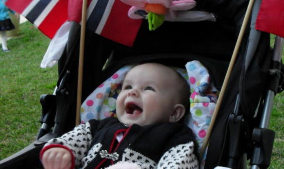 HURRA!:  Også lille Freya koser seg stort under 17. mai-feiringen i Sydney.
