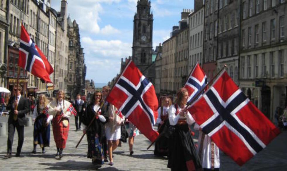 EDINBURGH:  Norsk tog i Royal Mile i Edinburgh Skottland.