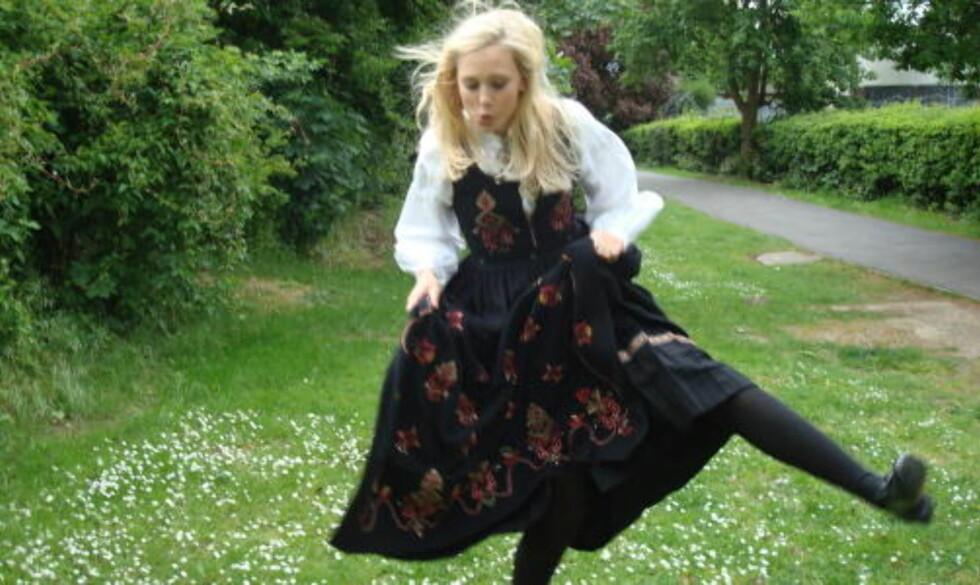 KOMBINERT FEIRING:   Ingrid feirer nasjonaldagen og Rybak i en hage i  i Loughton, England. Foto: Ulrikke