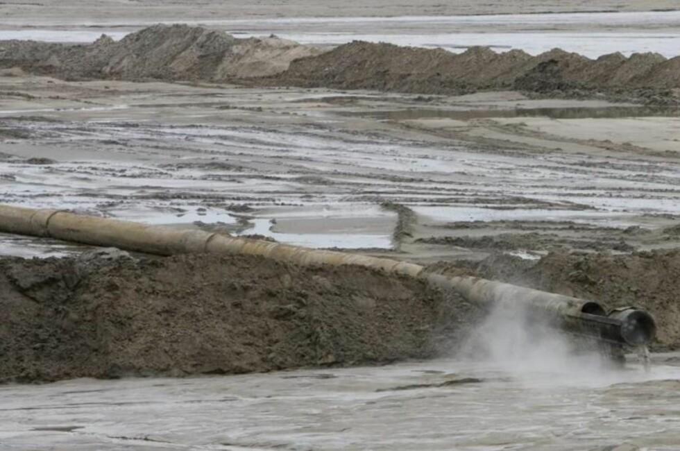 ØDELEGGENDE: Oljesandprosjektet gjør store innhogg i naturen i Alberta. Statoil benekter ikke miljøskadene, men går likevel videre med prosjektet. Naturvernere er opprørt over Statens passivitet. Foto: AFP PHOTO/David BOILY/Scanpix