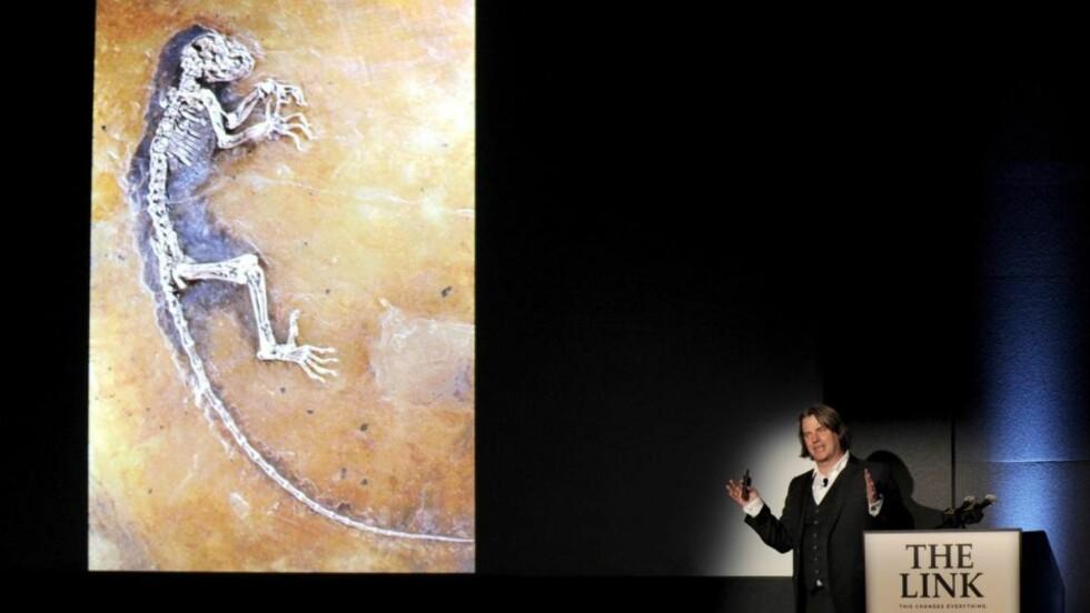 «THE LINK»: Den norske paleontologen Jørn H. Hurum la i går fram studien av et 47 millioner år gammelt fossil i New York. Funnet har fått stor oppmerksomhet verden over, BBC sendte live fra pressekonferansen. Men flere forskere og bloggere mener forskerteamet har overdrevet betydningen av «Ida», og at dette heller er et mediesirkus enn den mytiske «missing link».Foto: JUSTIN LANE/EPA/SCANPIX