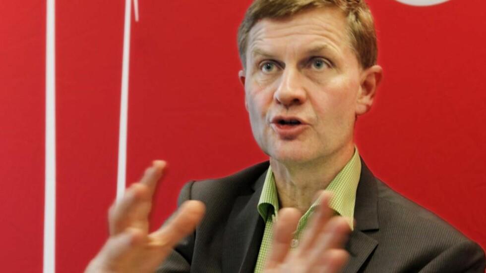 OMKAMP?Erik Solheim mener StatoilHydros investering i oljesand må få konsekvenser for hvordan staten bruker sitt eierskap i framtida. Selv er miljø- og utviklingsministeren imot at StatoilHydro bidrar til det omstridte oljesandprosjektet i Canada. Foto: SCANPIX