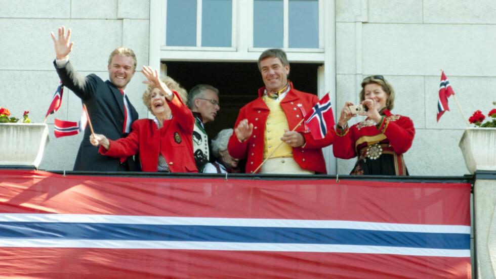 KAN HAN JUBLE? Stein Erik Hagen og Mille Marie Treschow (begge i bunad)  feiret 17. mai på balkongen på Grand Hotel, sammen med skuespiller Wenche Foss. FOTO:SCANPIX