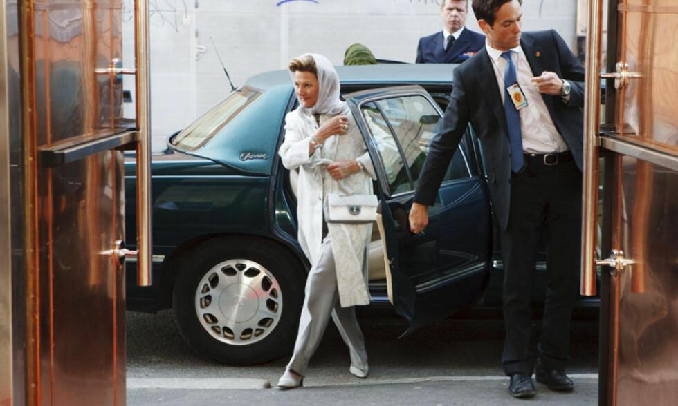 HIJABLIKNENDE DRAKT: Dronning Sonja ankom Islamic Cultural Centre på Grønland i Oslo iført en hijabliknende drakt. Foto: CORNELIUS POPPE/SCANPIX
