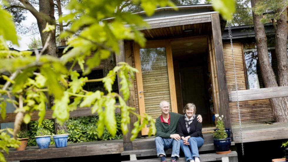 Ofte besøk: Erik og Jorunn Johnsen får ofte besøk på hytta. Både av familie og venner, men også av arkitektstudenter som ønsker å studere kunstverket de bor i. — En gang kom det en gruppe japanere gjennom skogen her. Alle hadde lakksko, forteller de.