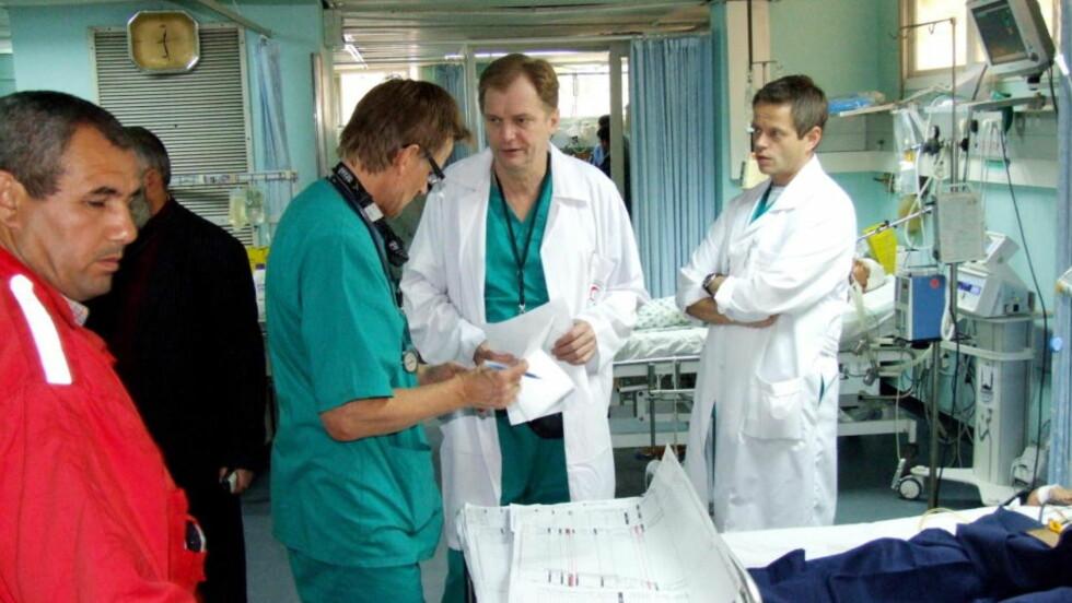 REDDET LIV MED KOLLEGAEN: Erik Fosse og kollega Mads Gilbert ( i grønt) Jobbet på Shifa-sykehuset i Gaza under krigen i januar. Arkivfoto: Hamada Hamada