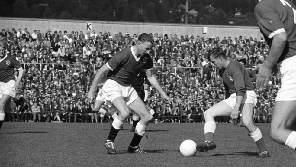 104 LANDSKAMPER: Her er Thorbjørn Svenssen i sin 100. landskamp, mot Danmark 17. september 1961. Han spilte fire kamper til før han ga seg på landslaget. Foto: SVERRE A. BØRRETZEN/AKTUELL/SCANPIX