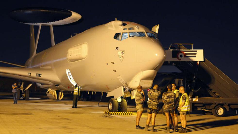 PÅ VEI: Bakkemannskaper på flyplassen i Dakar i Senegal klargjorde i går kveld et AWACS-fly som skal settes inn i søket etter Air France-flyet som er forsvunnet i Atlanterhavet. Flyet dro i retning vrakrestene tidlig i dag. Foto: AP/Rebecca Blackwell