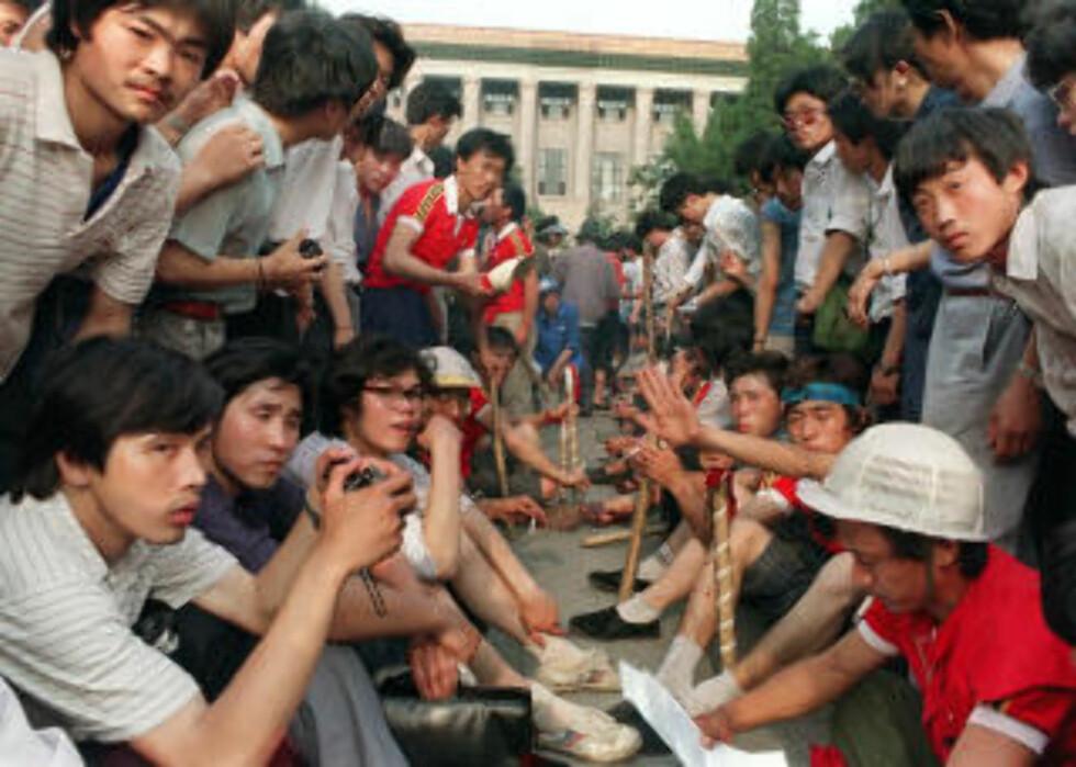 SEKS UKER: I seks uker demonstrerte studenter og arbeidere, før statsminister Li Peng og Deng Xiaoping erklærte unntakstilstand og satte inn hæren. Foto: AFP PHOTO / FILES / CATHERINE HENRIETTE/SCANPIX