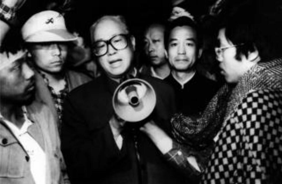 I HUSARREST: Generalsekretær Zhao Ziyang med megafon siste gang han møtte studentene 19. mai 1989. Zhao tilhørte den liberale fløyen av partiet som var villig til å gå i dialog med studentene. Zhao ble satt i husarrest resten av livet. Foto: AP Photo/Xinhua/SCANPIX