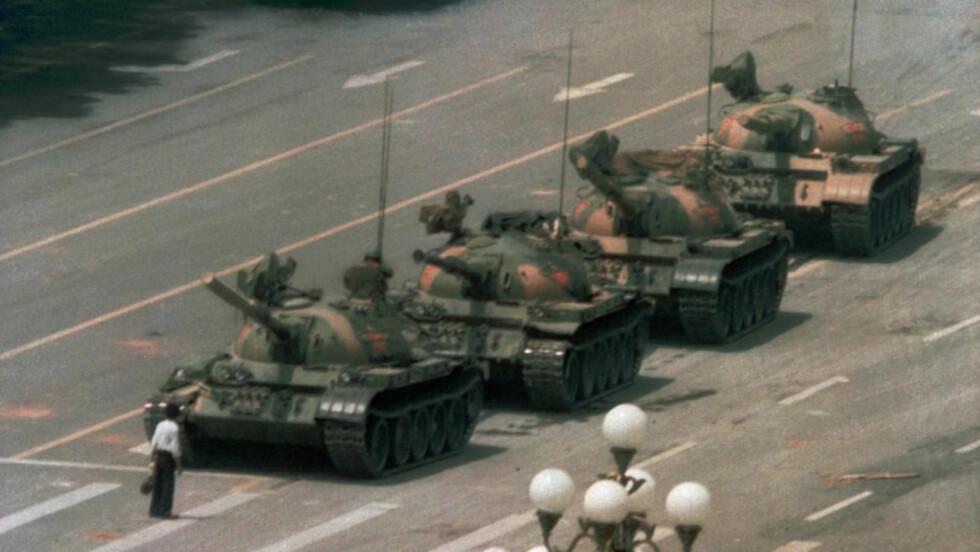 STANSET STRIDSVOGNENE: Bildet av den modige unge mannen er blitt selve symbolet på massakren på Den himmelske freds plass. Fortsatt vet ingen sikkert hvem han er. Foto: AP Photo/Jeff Widener/SCANPIX
