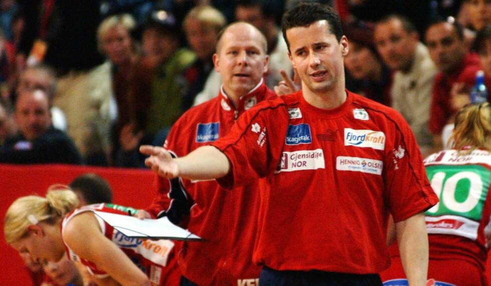 BLIR I LARVIK: Ole Gustav Gjekstad er Lavik Håndballklubbs nye sportssjef. Han har tidligere vært trener i LHK, her fra en kamp i 2003, med nåværende trener Karl Erik Bøhn i bakgrunnen. Foto: Erlend Aas / SCANPIX