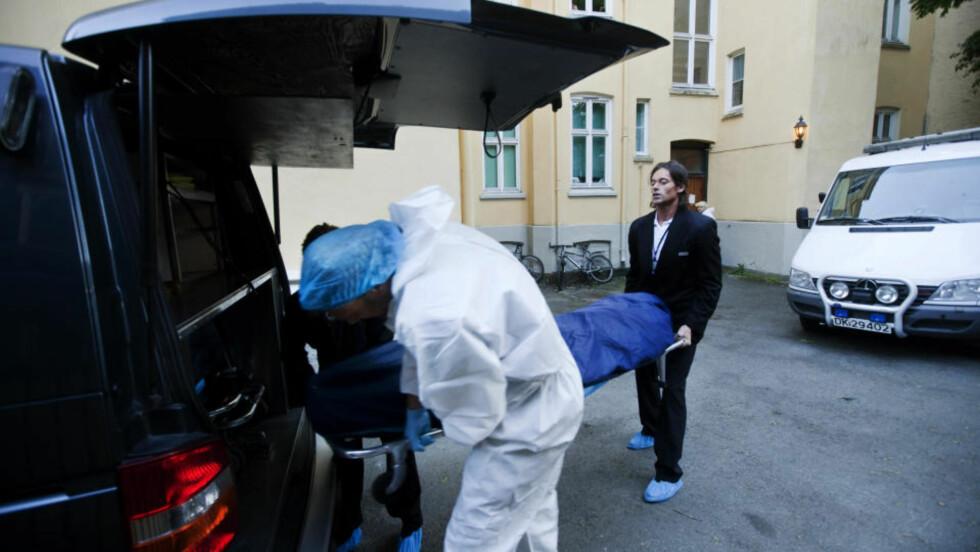FORGIFTET: En av de døde blir hentet ut fra leiligheten på Frogner i Oslo der ekteparet ble funnet døde. Politiet etterforsker dødsfallene som mistenkelige. Foto: Kyrre Lien / SCANPIX