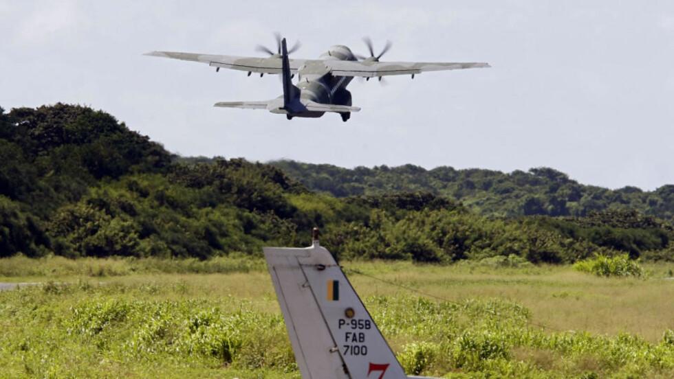 SKAL LETE: Et brasiliansk Air Force C-105-fly tar av fra Fernando de Noronha-flyplassen i Brazil. Flyet skal til Atlanterhavet for å lete etter flere vrakrester av Air France-flyet som forsvant mandag. Foto: AFP