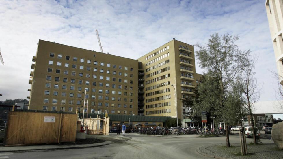KRASS KRITIKK: Helsetilsynet er sterkt kritisk til at St. Olavs hospital i Trondheim ikke stanset den 51 år gamle hjernekirurgen. Foto: Gorm Kallestad / SCANPIX