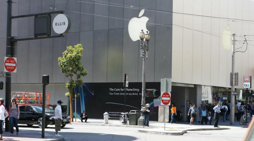 I FIENDENS LEIR: På den svarte veggen under Apple-logoen har Jon Lech Johansens selskap DoubleTwist lykkes med å plassere et helt lovlig reklameskilt for et produkt som er en klar trussel mot iTunes. Foto: JON LECH JOHANSEN