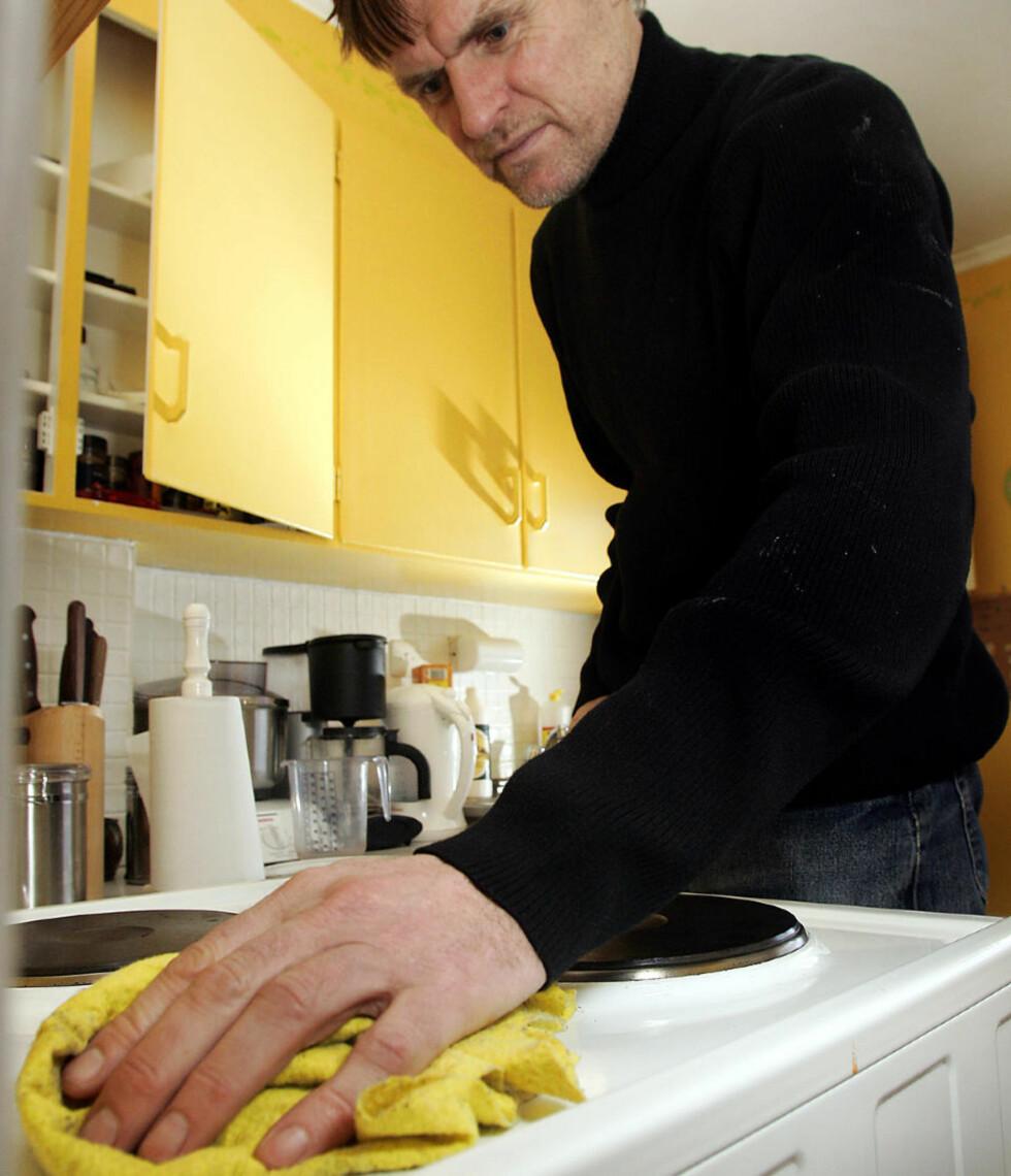 ILLUSTRASJON: Menn som gjør husarbeid går igjen i Scanpix sine arkiver, og har tydeligvis illustrert en rekke saker om et tema som fremdeles er nyhetsstoff i 2009. Her vasker Jan Lorvik av komfyren. Foto: Gorm Kallestad  / SCANPIX .