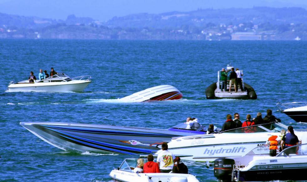 KANTRET I HØY FART: Ulykkesbåten (midt i bildet) skal ha holdt omlag 100 knop (185,2 km/t) da den kantret. Minst én av personene ombord ble sittende fast under vannet. Foto: TORJUSSEN FOTO