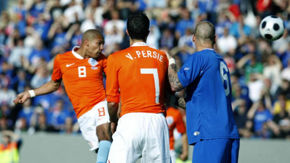 STANGET NEDERLAND TIL VM: Nigel De Jong stanget inn Nederlands første mål mot Island i 2-1 seieren i Reykjavik.Foto: SCANPIX/AFP PHOTO KJARTAN THORBJORNSSON