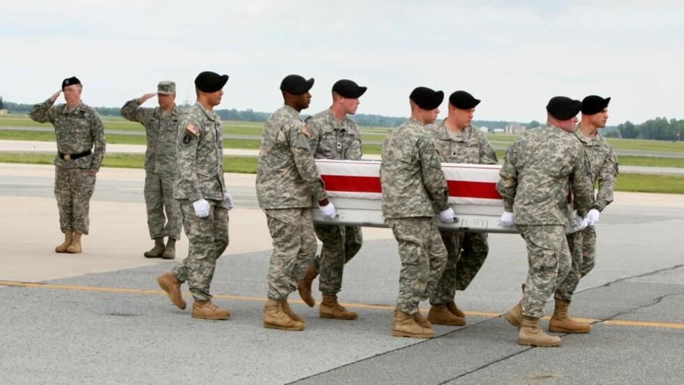 DREPT PÅ TORSDAG: En gruppe soldater bærer kista til sersjant John C. Beale (39), som ble drept i en eksplosjon nær Kapisa i Afghanistan i forrige uke. Foto: LUIZ M. ALVAREZ