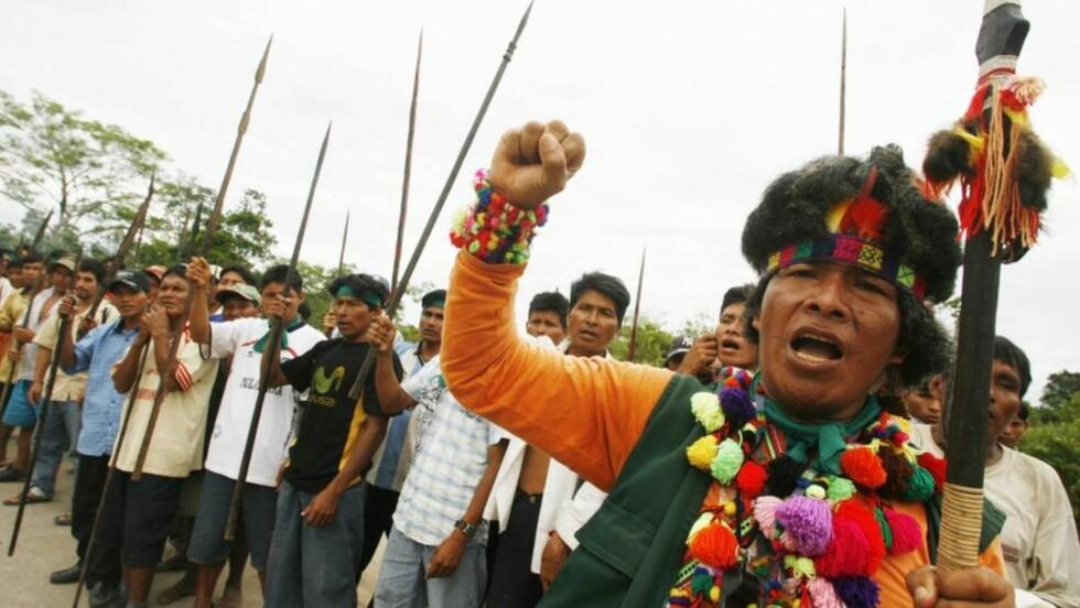 BLOKKADE: Væpnet med spyd holder lokale innbyggere en protest og blokkerer adgangen til Yurimaguas som ligger avsides til i Amazonas-regionen i Peru. Foto: REUTERS/Enrique Castro-Mendivil/SCANPIX