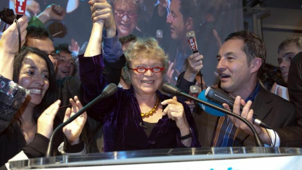 JUBLER: Eva Joly mottar hyllesten fra partifeller i De Grønne etter at det er klart at hun er valgt inn som medlem av Europaparlamentet. Foto: REUTERS/SCANPIX