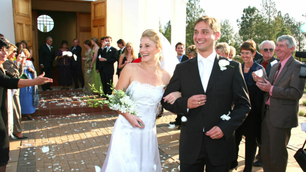 NYGIFT: Her er norske Nina Röde Cave (28) og sør-afrikanske Mark Sandmann (27) på kirketrappa etter vielsen. Festen var knapt over før Mark ble skutt og drept.