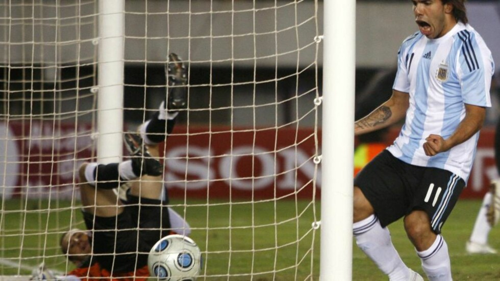 BLIR HELBLÅ? Carlos Tevez er vant til lyseblått fra landslagsdrakta. Her feirer han Argentinas mål mot Colombia på lørdag. Nå kan argentineren som har vært lånt ut til Manchester United ende hos byrival City.Foto: Enrique Marcarian, Reuters/Scanpix