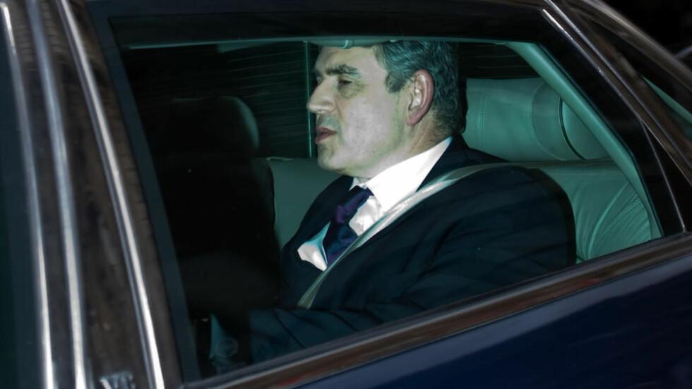 SKJEBNEMØTE: Storbritannias statsminister Gordon Brown forlater skjebnemøtet i Underhuset i parlamentet, der det ble klart at han skal styre Storbritannia videre. Foto: AFP/SCANPIX