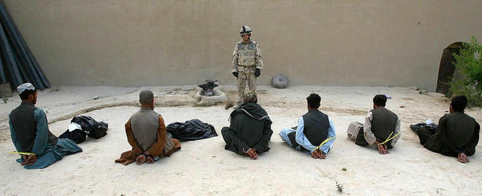 FANGET:  Over 100 fanger døde mens de ble mishandlet i et nettverk av amerikanske og allierte avhørskamre. Her voktes fem av ti mistenkte medlemmer av Taliban i Afghanistan. Foto: JOHN D. MCHUGH/AFP/SCANPIX
