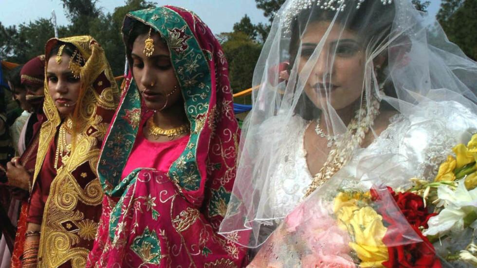 MASSEBRYLLUP I LAHORE: 45 muslimske par og fem kristne gifter seg i en masseseremoni i Lahore i Pakistan. Myndighetene arrangerer av og til slike seremonier for at fattige som ikke har råd til å gifte seg skal få muligheten. Foto: AP/K.M.Chaudary