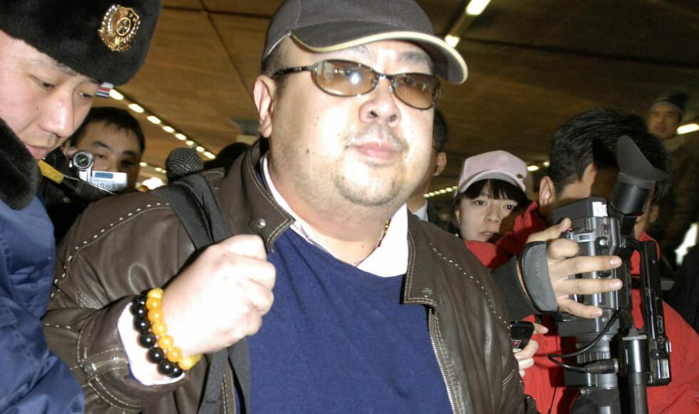 IKKE INTERESSERT:  En mann som antas å være Kim Jong-nam (38), den eldste sønnen til Nord-Koreas leder Kim Jong-Il omgitt av media på Beijing-flyplass i den kinesiske hovedstaden. I et intervju med japansk tv sier han at han tror lillebroren kommer til å ta over som leder.