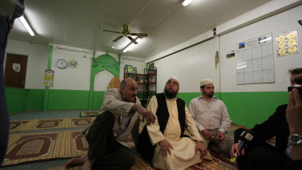 GREI MÅTE: - Jeg har en grei måte å undervise på. Jeg ser ikke at jeg kunne gjort noe annerledes, sa imam Ghulam Nabi (i midten) under pressekonferansen. Her sammen med forstanderen ved moskeen Foto: TERJE LØCHEN