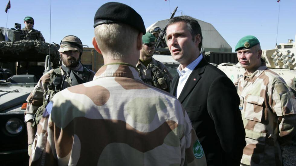 KAN HA BLITT OVERVÅKET: Her er statsminister Jens Stoltenberg på besøk i den norske ISAF leiren Camp Invictia ved Kabul i Afganistan. Statsministerens e-post, hvor turer som denne har blitt tatt opp, kan ha blitt overvåket av Forsvarets sikkerhetstjeneste. Foto: Heiko Junge / SCANPIX