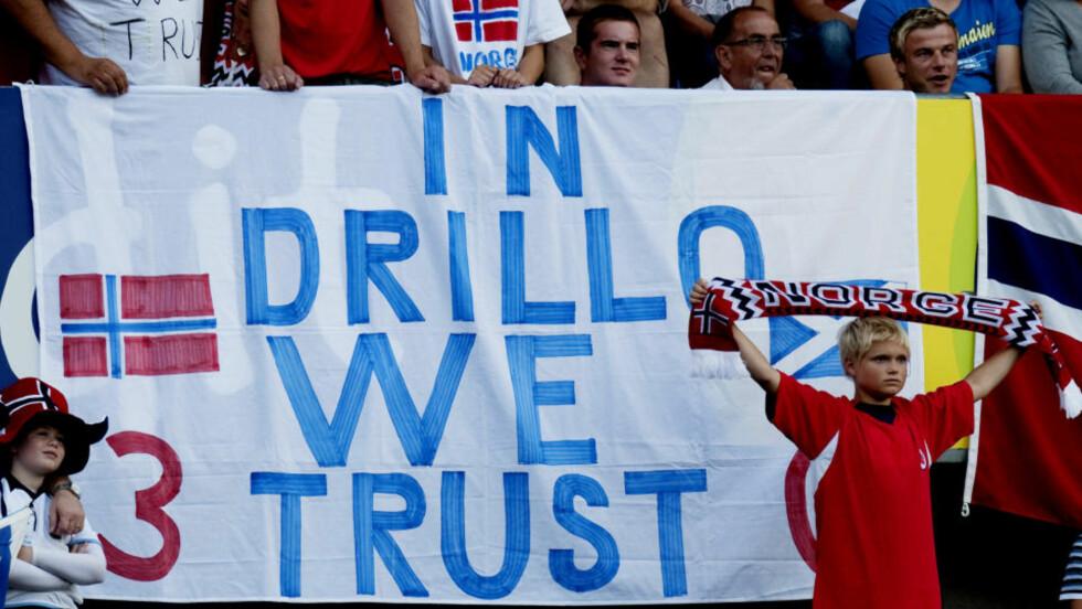 FORNYET TILLIT: Ullevaal-publikummet viste sin støtte til landslagssjef Egil Olsen etter festforestillingen mot Skottland. VM-håpet overlevde kvelden.Foto: Kyrre Lien / SCANPIX