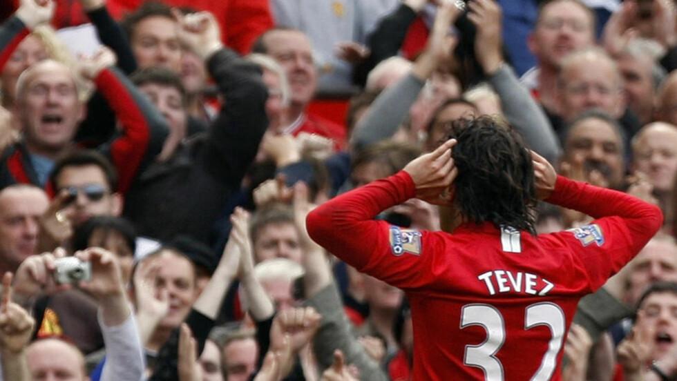SCORET MOT CITY: Carlos Tevez kan ha spilt sin siste United-kamp. Her tar han i mot jubel fra fansen etter målet mot byrival City 10. mai. Foto: AP/Jon Super