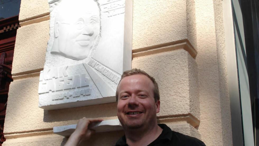 FORNØYD: Forfatter Ole Asbjørn Ness er glad for at hørespillet hans om en selvmordsbomber likevel skal spilles inn av NRK. Her utenfor leiligheten til favorittforfatter Isaak Babel i Odessa. Foto: PRIVAT