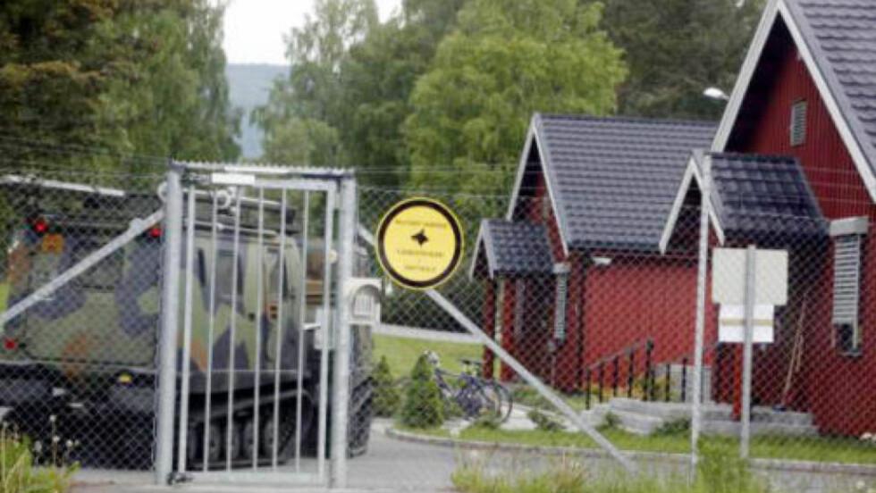 HIT, MEN IKKE LENGER: Bak lukkede porter på Jørstadmoen utenfor Lillehammer holder Forsvarets sikkerhetstjeneste (FOST) til. Nå etterforskes de av Kripos, mistenkt for ulovlig overvåkning av både regjering og kongehus. Foto: Hans Arne Vedlog