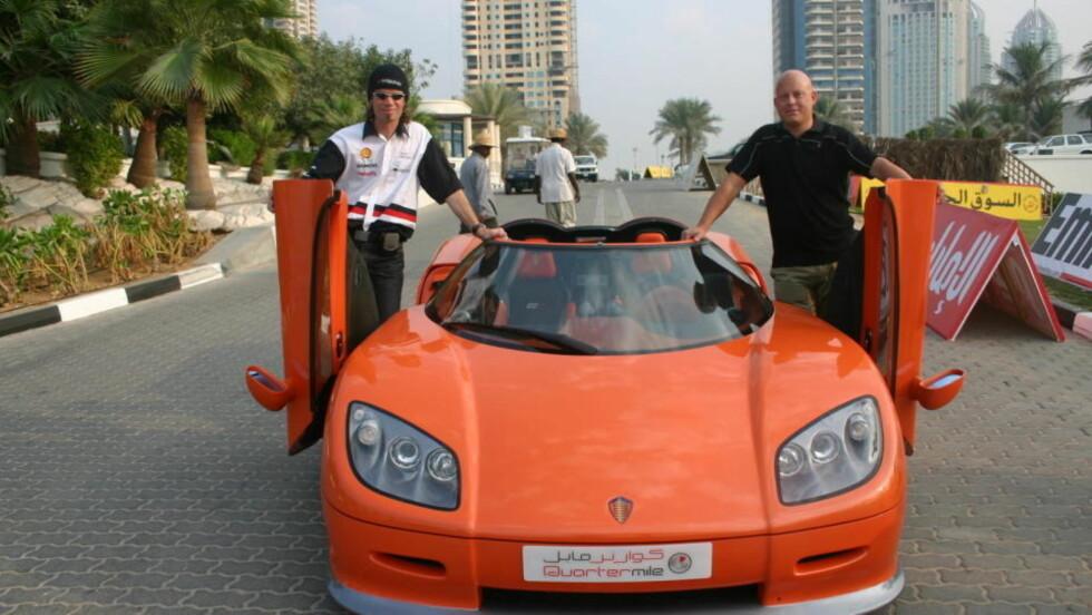 """SAAB NESTE?  Fredrikstad-designeren Bård Eker (til venstre) og bilgründer Christian von Koenigsegg presenterer et av de svensk-norske """"eggene"""" i Dubai. Foto: LEIF STANG."""