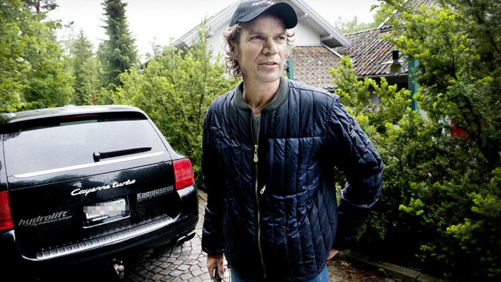 MILJØ, EGEN KULTUR OG TEKNO: Det vil Bård Eker ha mer av i Saab, dersom han og Koenigsegg, mend en rekke norske investorer i ryggen, overtar svenske kriserammede Saab. TIl venstre for Eker står det som kan bli hans siste Porsche. Foto: John T. Pedersen/Dagbladet
