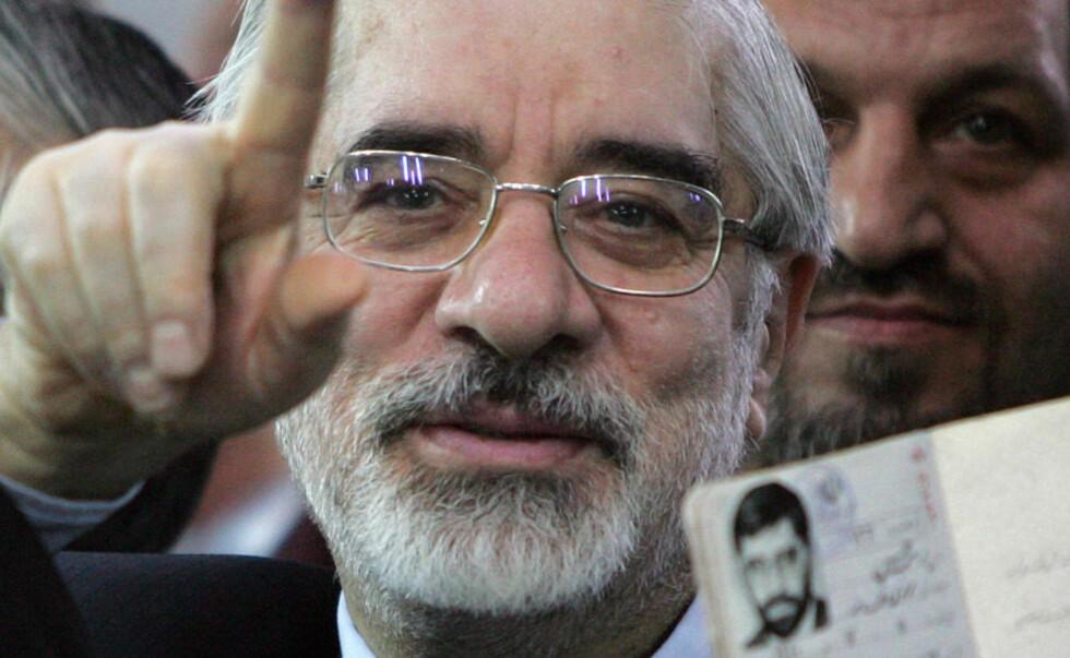 SIKKER PÅ SEIER:  Mir Hossein Mousavi sier han har vunnet presidentvalget i Iran. Foto: AFP PHOTO/BEHROUZ MEHRI