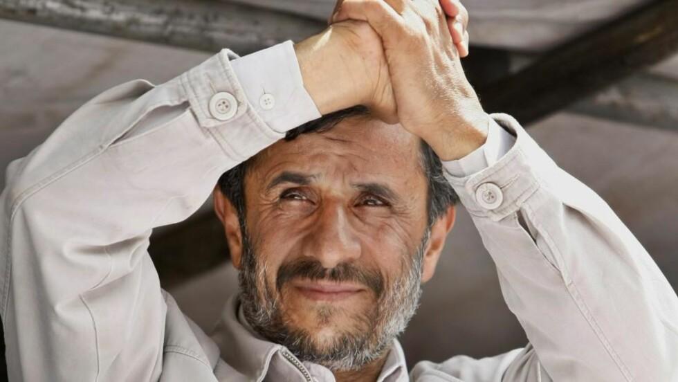 TOK INNERSVINGEN: Mahmoud Ahmadinejad under det siste valgkamparrangementet før iranerne gikk til valglokalene og stemte. Hans klare seier overrasket mange. Foto: AP Photo/Ben Curtis/SCANPIX