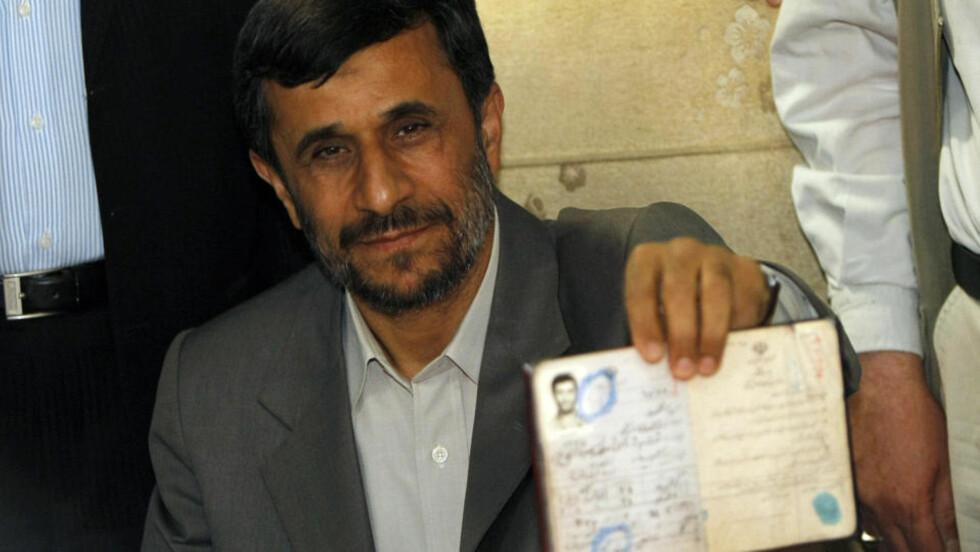 PROTESTER: Valgkommisjonen erklærte i natt at sittende president Mahmoud Ahmadinejad vant valget. Opposisjonen hevder valget er stjålet. AFP PHOTO/SCANPIX